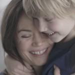 子供は目隠しをしてても母親の事がわかる?結果に涙がでる感動の動画
